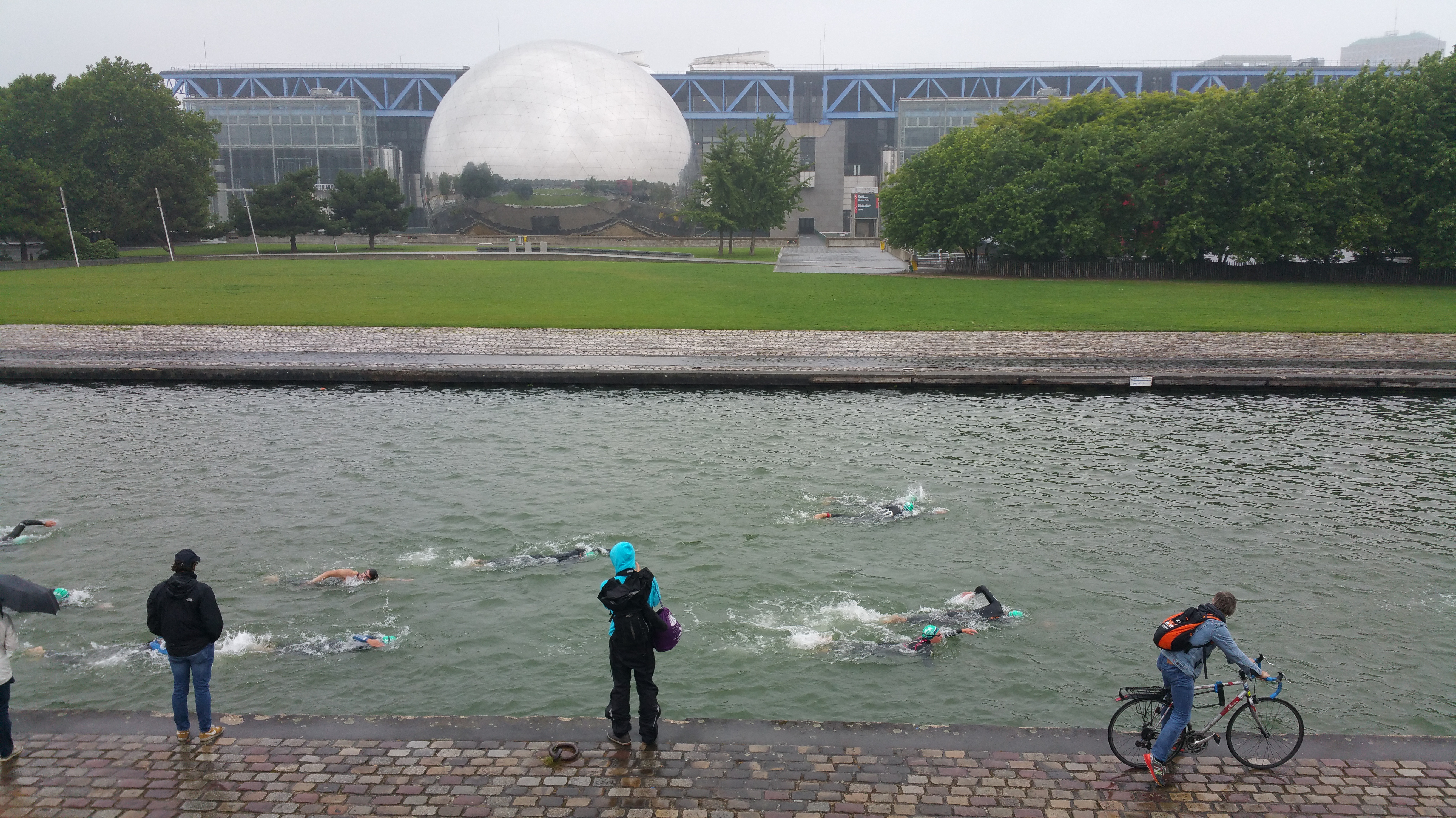 nager_devant _la_Géode